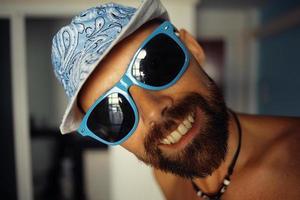 portret van een gebruinde man in een hotel in zonnebril