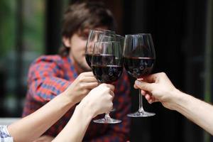 vrienden roosteren met wijn foto