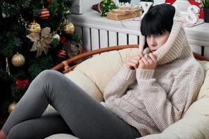 brunette zittend in de fauteuil foto