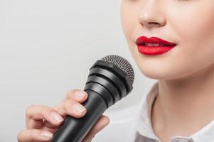 mooi meisje tv-journalist maakt haar verslag