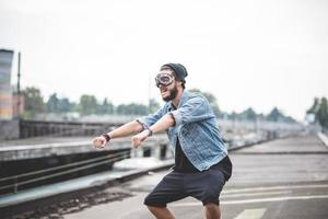 jonge knappe bebaarde hipster man foto