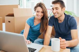 lachende paar in hun nieuwe huis foto