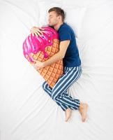 man slapen met ijs speelgoed foto