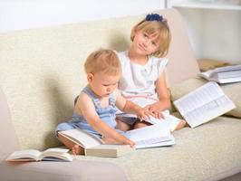 kinderen met veel boeken foto