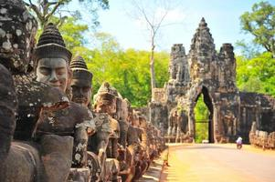 stenen poort van angkor thom in siem reap, cambodja foto