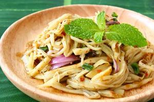 Thaise stijl pittige bamboe augurk shoot salade foto