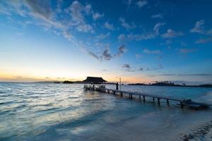 zeegezicht en romantische hemel bij dageraad