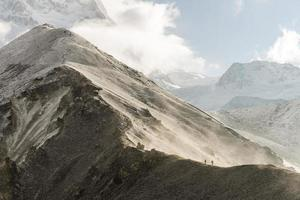 mensen wandelen in de Himalaya foto
