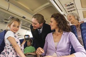 mensen met mobiele telefoon in het vliegtuig foto