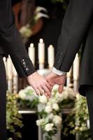 mensen bij de begrafenis troosten elkaar foto