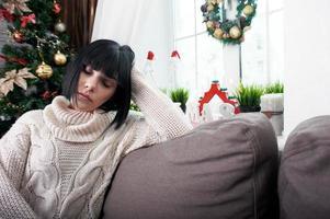brunette zittend op de bank foto