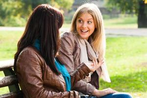 vrienden praten foto