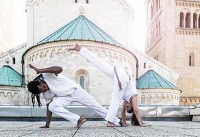 jong paar capoeira partnerschap, spectaculaire sport foto