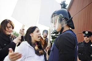 demonstrant wordt opdringerig foto