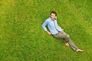 knappe man op het gras foto