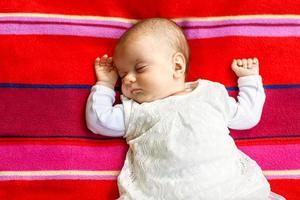 kleine pasgeboren babyjongen 14 dagen, slaapt foto