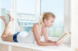vrouw gelezen boek foto