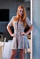 jonge mooie vrouw in gebreide jurk foto
