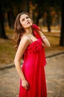 meisje in een rode jurk foto