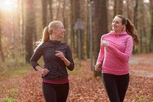 twee aantrekkelijke fit jonge dames joggen