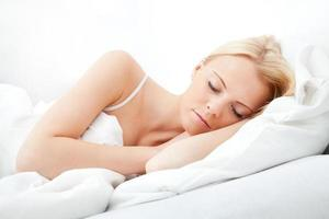 jonge mooie vrouw slapen foto