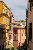 gezellige straat in de wijk Trastevere in Rome, Italië foto
