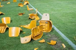 kapotte plastic stoelen na wedstrijd op stadion foto