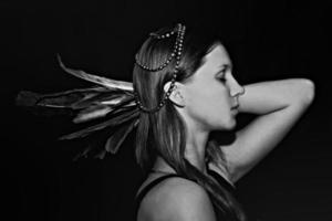 portret van een jonge vrouw met veren