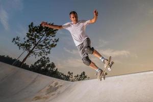 skateboarder in een betonnen zwembad foto