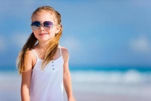 schattig klein meisje op het strand foto