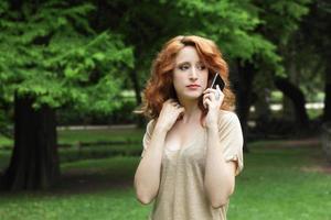 jonge vrouw aan de telefoon foto