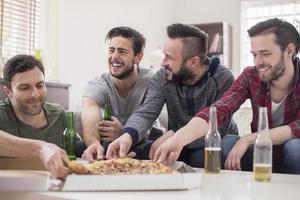perfecte dag voor mannen - pizza en bier foto