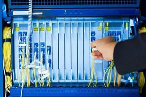mensen repareren kernschakelaar in netwerkruimte foto