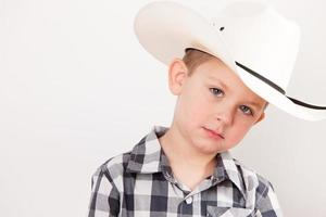 echte mensen: serieuze cowboy jongetje Kaukasisch close-up hoofdschouders foto