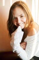 close-upportret van mooi glimlachend jong meisje