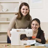 moeder en dochter naaien foto