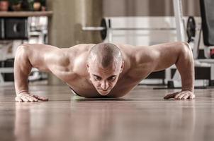 gespierde man doet push-ups foto
