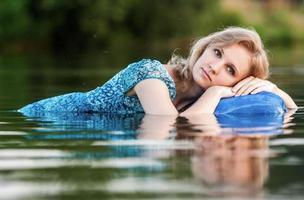 jong en mooi meisje in de rivier. foto