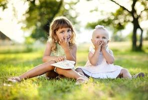 twee zussen in groen park foto