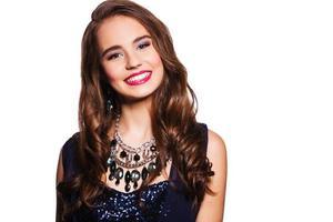 mooie lachende vrouw met perfecte make-up sieraden dragen. geïsoleerd op