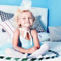 schattig klein blond meisje foto