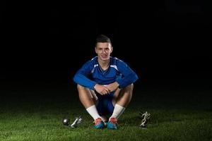 voetballer die de overwinning viert terwijl hij een staatsgreep houdt foto
