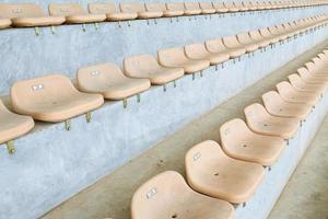 gele stoel in het stadion