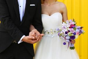 bruid en bruidegom op een gele achtergrond foto