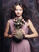 mooi meisje met droge rozen foto