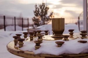 kaarshouder dichtbij orthodoxe kerk, bij zonsondergangtijd, Rusland, Siberië foto