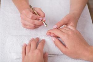 cliënt en manicure in manicuresalon foto