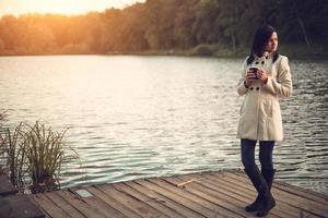 meisje op pier foto
