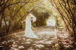 bruid in park foto