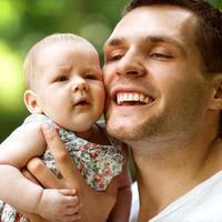 vader en pasgeboren dochter spelen in het park verliefd